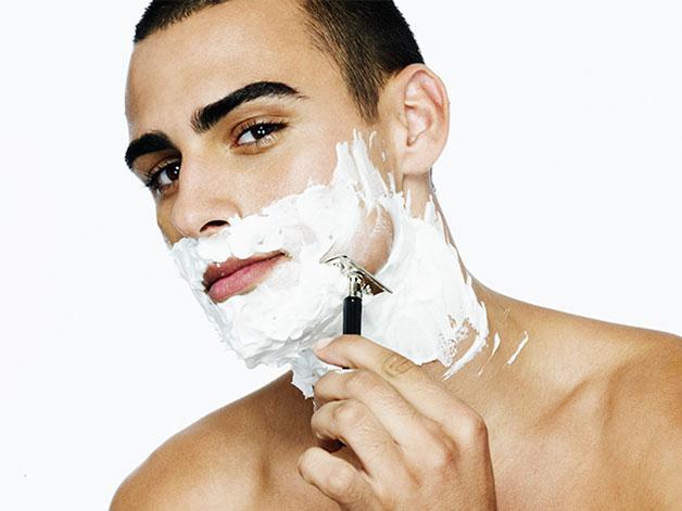 Para evitar inflamação na região do folículo faça a barba sempre na direção do crescimento dos pelos.