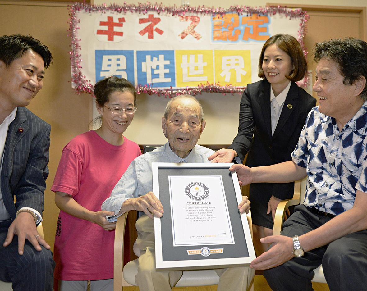 No Japão, o senhor Koide recebe o certificado do Guinness de pessoa, do sexo masculino, mais velha do mundo.