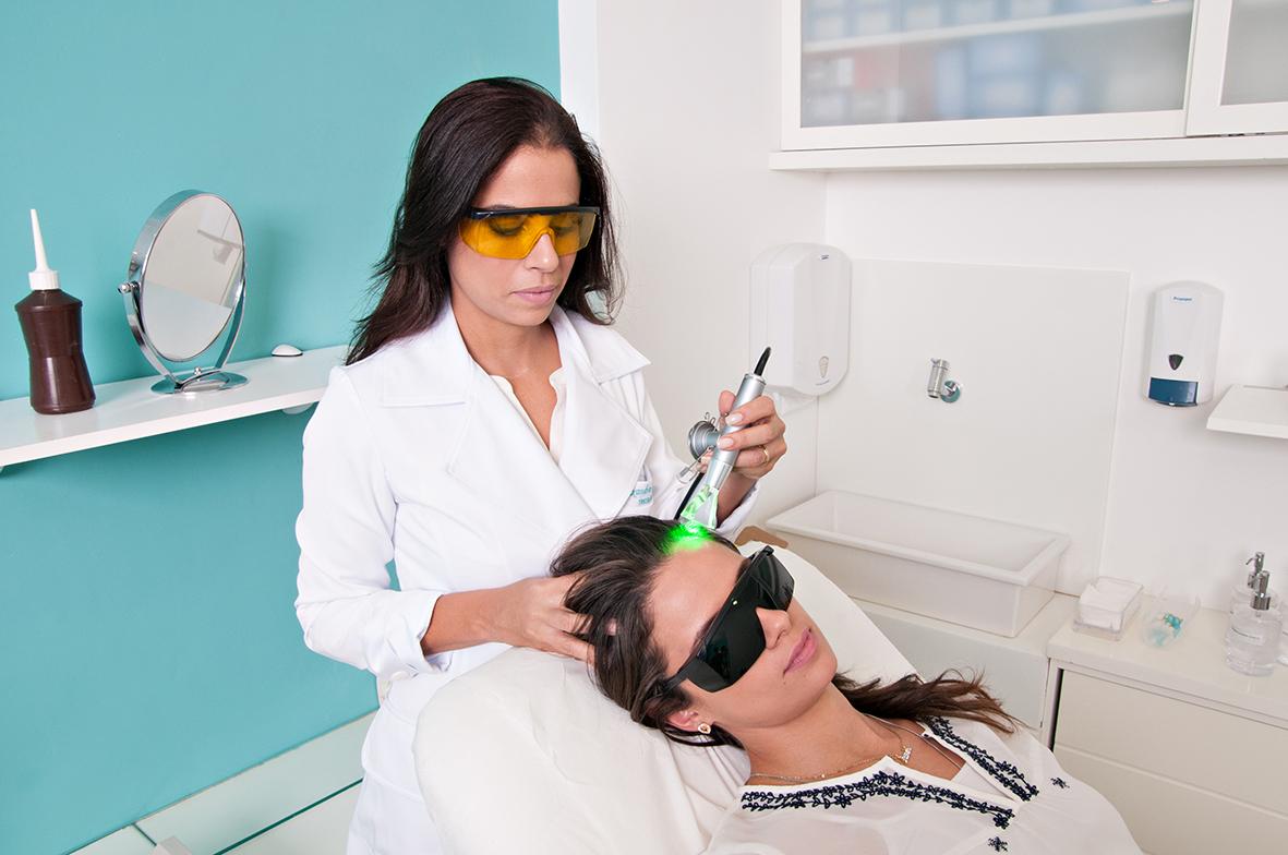 Alexandra Gomes, terapeuta capilar da clínica Les Peaux, afirma que tratar o couro cabeludo é tão ou mais importante que tratar os fios.