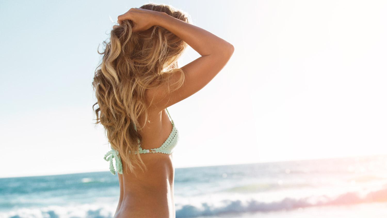 A água do mar e outros agentes químicos como cloro são os principais vilões dos cabelos bonitos e hidratados no verão.