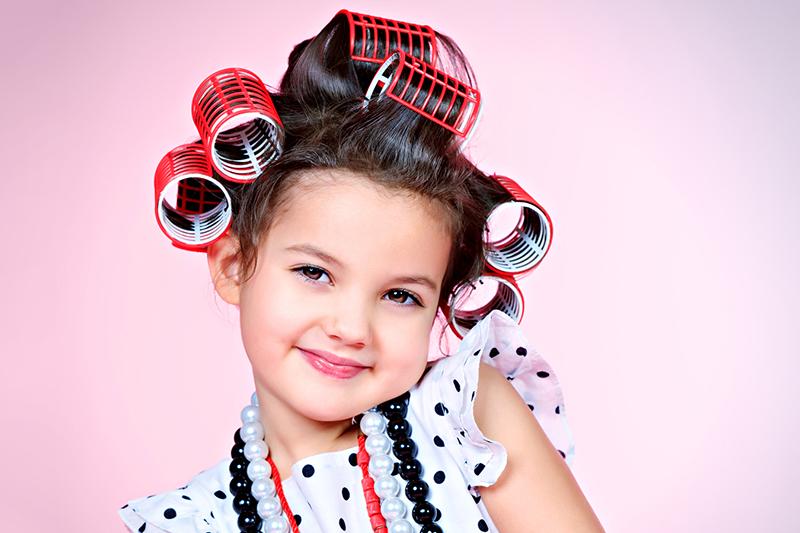 Quando um adulto permite que uma criança se exponha à variedade de substância químicas de produtos que não foram pensados para a delicadeza da sua pele, está sentenciando a criança a toda sorte de reações alérgicas e efeitos perigosos.