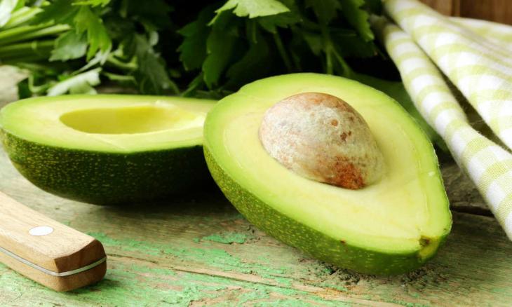 Por conter uma grande quantidade de óleos e vitaminas o abacate também é um grande aliado para pele e o cabelo. O abacate, rico em óleos naturais, age como excelente restaurador e conservador.