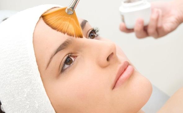 Procedimentos com ácidos são indicados para os mais diversos tratamentos, mas é importante lembrar que para cada fototipo de pele e de acordo com o problema que deseja corrigir existe um tipo de ácido especifico.