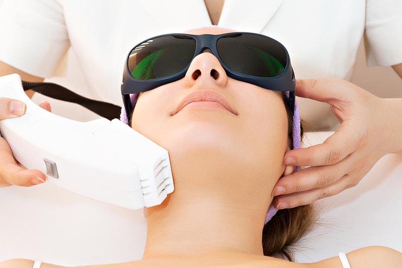 """Estudos comprovaram que o tratamento contínuo com Luz Pulsada (peles mais jovens, uma vez a cada 3 meses e peles mais envelhecidas, uma vez por mês) pode deixar a pele até """"10 anos"""" mais jovem."""