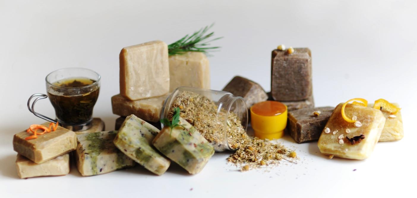Cosméticos Naturais e Orgânicos não contém em sua composição ingredientes sintéticos, como corantes e fragrâncias. É considerado um cosmético natural aquele que contém no mínimo 95% de ingredientes naturais e 5% de ingredientes orgânicos.