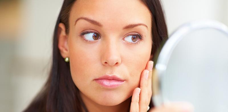 A Sociedade Brasileira de Dermatologia sugere que as pessoas façam o auto exame de pele, com o uso de um espelho, a fim de conhecer e reconhecer lesões com potencial cancerígeno 2 a 3 vezes por ano.