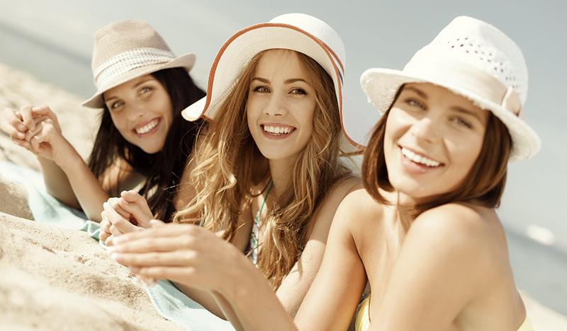 Sol, vento, sal e cloro são os principais agressores dos cabelos durante o verão. Para minimizar os danos, especialistas dão dicas que podem ser usadas durante todo ano. (shutterstock).