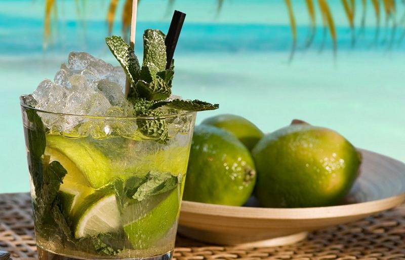 O suco de limão, do preparo ao consumo, deve ser cuidadosamente manipulado sob o sol para evitar manchas na pele.