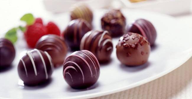 Chocolate está longe de ser um vilão da beleza da pele. A acne está relacionada ao açúcar refinado e ao leite presente na maioria das receitas do doce.