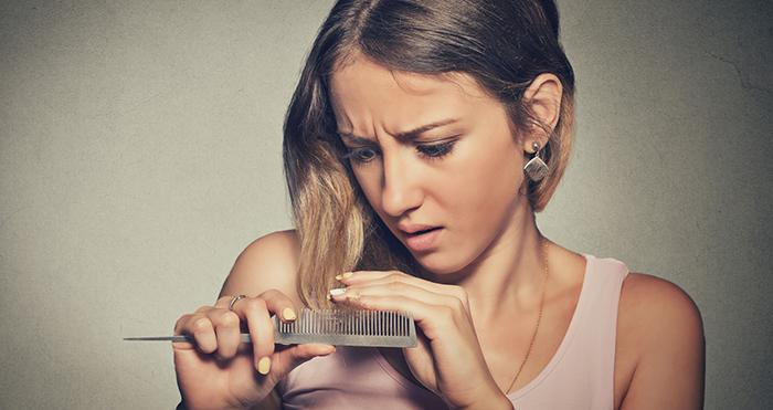 Uma das causa da intensa queda de cabelo comum no inverno pode estar relacionada ao enfraquecimento dos fios devido a redução na produção de melanina, substância que da cor e brilho às fibras. (imagem Huffington Post)
