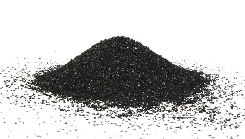 O carvão ativado, diferente do vegetal usado como combustível, tem aspecto poroso e remove, de forma seletiva, diversos tipos de gases, líquidos e impurezas.