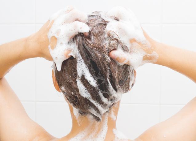 A editora da WH conta sua experiência ao aprender a cuidar do couro cabeludo através da lavagem correta. (imagem shutterstock)