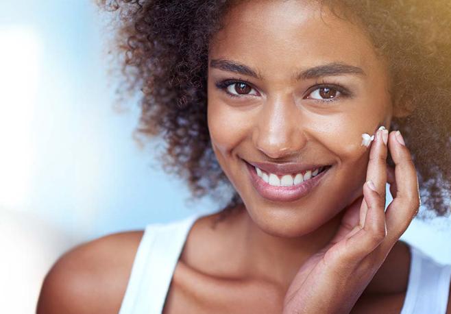 Pele negra é mais resistente, mas merece os mesmos cuidados que qualquer outro fototipo. Imagem Shutterstock