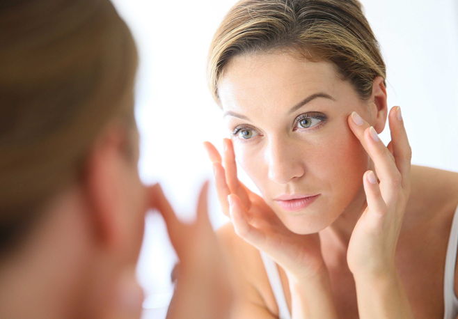 Segundo o American Journal of Medicine, a rotina puxada aparece tão nociva para pele quanto o cigarro, à frente até do sol e da poluição.
