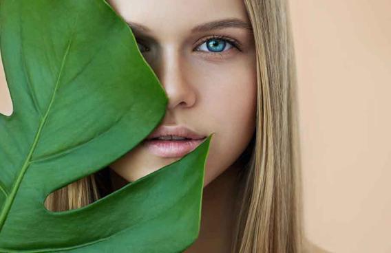 Consulte se a sua marca de cosméticos favorita tem produção sustentável e se possui o sistema de refil, no qual você reutiliza a mesma embalagem para reabastecer o produto. Shutterstock 2019