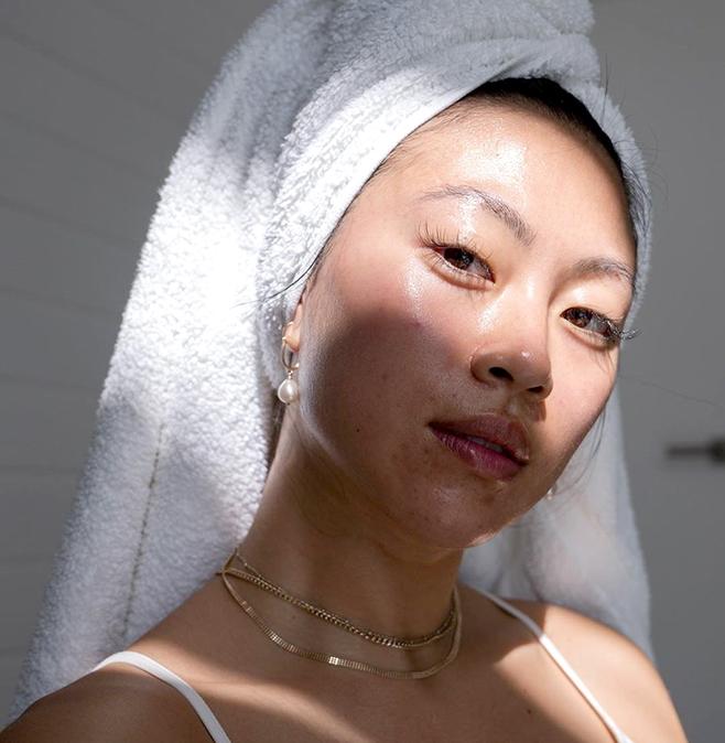 A influenciadora Christine Le mostra pele com acne no Instagram da marca Blume (Foto: reprodução Instagram @blume)